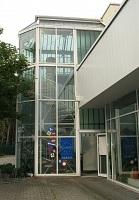 Eingang Turm: an der linken Seite des Autohauses
